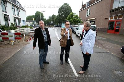 Wassenaarders die fel protesteren tegen de aanleg van fietstunnel onder Rijksstraatweg (N44) door - vlnr Stan Snelleman, Robert Veldhuyzen en Andreas Mol - WASSENAAR 16 MEI 2011 - FOTO NICO SCHOUTEN