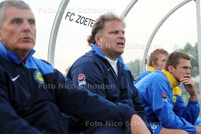 voetbaltrainer Hans Groos (m), nu nog trainer van FC Zoetermeer 2 maar komend seizoen van het eerste - ZOETERMEER 10 MEI 2011 - FOTO NICO SCHOUTEN