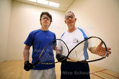 Karel Matla (R) en zijn zoon Pascal spelen samen raquetball (soort squash); familiebanden - VOORBURG 7 MEI 2011 - FOTO NICO SCHOUTEN