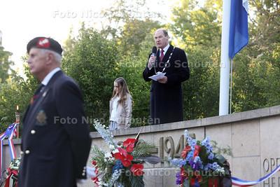 Dodenherdenking, burgemeester Waaijer leest een gedicht voor - ZOETERMEER 4 MEI 2011 - FOTO NICO SCHOUTEN