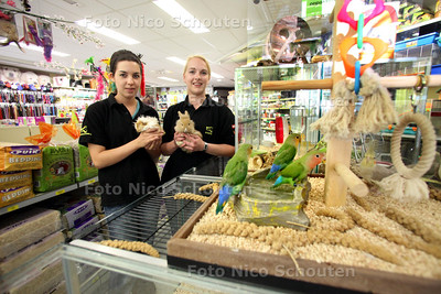 Dierenspeciaalzaak Diertotaal Utopia heeft keurmerk gekregen voor hygïene, gezonde dieren, bakken hebben goede maten. Adiene van de Bosch (l) en Marij de Vlaming in de winkel - ZOETERMEER 10 MEI 2011 - FOTO NICO SCHOUTEN