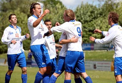 Voetbal; bvcb-rijnvogels - Vreugde bij BVCB nadat Vincent Reuver (9) de 1-0 heeft ingekopt - BERSCHENHOEK 14 MEI 2011 - FOTO NICO SCHOUTEN