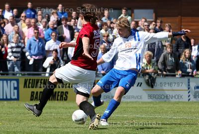 Voetbal; bvcb-rijnvogels - Vincent Reuver van BVCB schiet op het doel van Rijnvogels - BERSCHENHOEK 14 MEI 2011 - FOTO NICO SCHOUTEN
