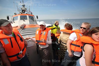 Open dag bij KNRM. De boot vaart af en aan met bezoekers - DEN HAAG 7 MEI 2011 - FOTO NICO SCHOUTEN