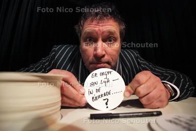 Sjaak Bral is een van de schrijvers die zondag in cafe de Paas aan de Dunne Bierkade een roman gaat schrijven op de achterkant van bierviltjes - VOORBURG 17 NOVEMBER 2011 - FOTO NICO SCHOUTEN