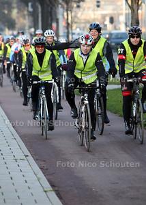 Stoet (19) fietsers die meedoet aan wielermarathon tussen Den Haag, Rotterdam en Hendrik-Ido-Ambacht om geld in te zamelen voor het kinderdiabetescentrum Diatime van het Albert Schweitzer in Dordrecht - DEN HAAG 14 NOVEMBER 2011 - FOTO NICO SCHOUTEN