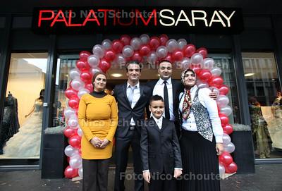 turkse familie yildiz opent een bruidszaak en een juwelierszaak. vlnr: Kiraz, Ahmed, Sevban, Zafer en Betul - DEN HAAG 26 NOVEMBER 2011 - FOTO NICO SCHOUTEN