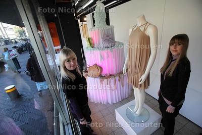 Haagse ontwerpers vertonen hun kunsten in creatief warenhuis Hoop. Dorrith (l) en Marlous de Roode - DEN HAAG 10 NOVEMBER 2011 - FOTO NICO SCHOUTEN