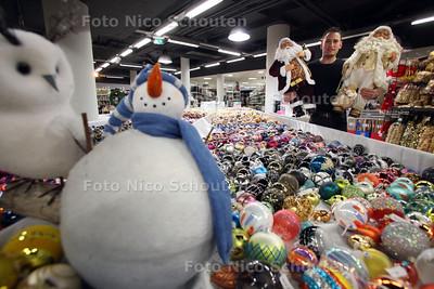 Santa Outlet Store met winkelchef Raymond den Iseger. Liefst 1500 vierkante meter kerstdecoratie in een tijdelijke winkel in centrum Den Haag - DEN HAAG 24 NOVEMBER 2011 - FOTO NICO SCHOUTEN