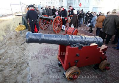 Saluutschot ter ere van gerestaureerd kanon. Het gerestaureerde kanon op de voorgrond - DEN HAAG 30 NOVEMBER 2011 - FOTO NICO SCHOUTEN