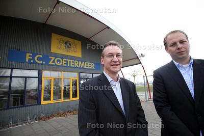 Voorzitter Marcel Papenhove (l) en Penningmeester Marv van der Veen van FC Zoetermeer - ZOETERMEER 8 NOVEMBER 2011 - FOTO NICO SCHOUTEN