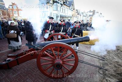 Saluutschot ter ere van gerestaureerd kanon ( onder het gele doek op achtergrond) - DEN HAAG 30 NOVEMBER 2011 - FOTO NICO SCHOUTEN