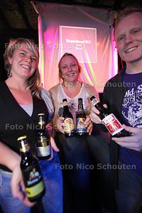 bierproefavond in Nederland 3. vlnr organisatoren Charlotte, Lotte en barman Ben - WATERINGEN 25 NOVEMBER 2011 - FOTO NICO SCHOUTEN