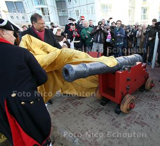 Saluutschot ter ere van gerestaureerd kanon. Het gerestaureerde kanon wordt onthuld door wethouder baldewsingh - DEN HAAG 30 NOVEMBER 2011 - FOTO NICO SCHOUTEN
