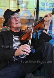 amateurtoneelspeler Ab Smit verkleed als zwerver op het Koningin Julianaplein - VOORBURG 15 NOVEMBER 2011 - FOTO NICO SCHOUTEN