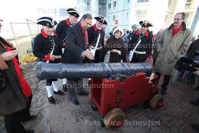 Saluutschot ter ere van gerestaureerd kanon. Het gerestaureerde kanon wordt gedoopt met kruidenbitter door wethouder baldewsingh - DEN HAAG 30 NOVEMBER 2011 - FOTO NICO SCHOUTEN