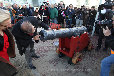 Saluutschot ter ere van gerestaureerd kanon.Wethouder baldewsingh kijkt of het gerestaureerde kanon het wel doet (grapje) - DEN HAAG 30 NOVEMBER 2011 - FOTO NICO SCHOUTEN