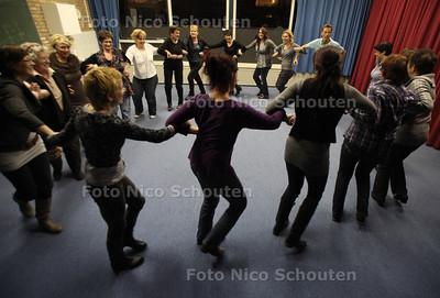 workshopmarathon tijdens de Holland Winteravond in ccc De Spin in De Lier, Cuscus volksdansen - DE LIER 25 NOVEMBER 2011 - FOTO NICO SCHOUTEN