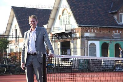 Frank Dankaart op het terrein van Tennis vereniging Thor de Bataaf - DEN HAAG 25 NOVEMBER 2011 - FOTO NICO SCHOUTEN