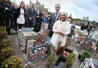 Willeke Alberti onthult miniatuur van Amsterdams Korenmetershuis (huisje met de rode luikjes) in Madurodam - DEN HAAG 20 OKTOBER 2011 - FOTO NICO SCHOUTEN