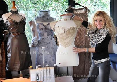 Modeontwerpster Anna Grigrian met nieuwe jurken voor de catwalk - DEN HAAG 20 OKTOBER 2011 - FOTO NICO SCHOUTEN