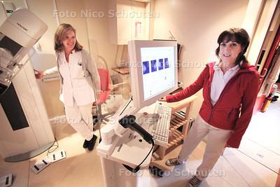 MCH heeft in het kader van de borstkankermaand voor het eerst een samenwerking aangegaan met de organisatie die vrouwen screent op borstkanker. Screeningslaboranten Wilma Stuurstraat (l) en Margot Langenberg staan klaar om ook allogtone vrouwen te screenen maar ze komen niet - DEN HAAG 27 OKTOBER 2011 - FOTO NICO SCHOUTEN