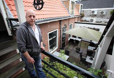 Dhr Boogert woont in een monumentaal pand uit 1700 en heeft veel geluidsoverlast van het restaurant onder hem (Bij De Haard), dat niet goed geisoleerd is en waar mensen 's nachts nog op het terras op het binnenplaatsje blijven napraten - VOORBURG 26 OKTOBER 2011 - FOTO NICO SCHOUTEN