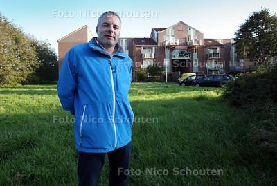 cda-fractievoorzitter Klaas-jan de Jong op het veldje waar een moskee moet komen. De Jong denkt genuaseerder dan de meeste zoetermeerders over de komst een moskee - ZOETERMEER 24 OKTOBER 2011 - FOTO NICO SCHOUTEN