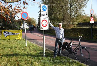 Voorzitter vd Fietsersbond, Theo Hebing op de fietsstraat van de Voorweg. De fietsersbond is wel te spreken over deze aanpak - ZOETERMEER 21 OKTOBER 2011 - FOTO NICO SCHOUTEN