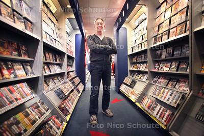 Videoland gaat sluiten. Uitbater/eigenaar van de videotheek Roy van Droffelaar in zijn zaak - LEIDSCHENDAM 27 OKTOBER 2011 - FOTO NICO SCHOUTEN