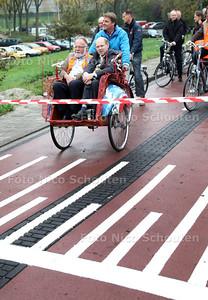 Wethouder Hans Haring (r) wordt samen met projectleider Henk Ammerlaan een stukje vervoerd in een riksja om de officiele opening van 'fietsstraat'Voorwweg luister bij te zetten - ZOETERMEER 28 OKTOBER 2011 - FOTO NICO SCHOUTEN