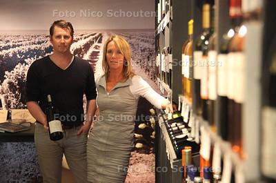 Wijnwinkel De Gouden Ton. Susanne Bosman, eigenares en medewerker Jasper Hoogerdijk in de wijnwinkel - ZOETERMEER 19 OKTOBER 2011 - FOTO NICO SCHOUTEN