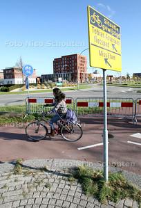 rotonde oostweg/willem dreeslaan/tobias asserlaan - De fietsoversteek aan de Oostweg kant is nu afgesloten. Fietsers moeten richting Tobias Asserlaan moeten verplicht de hele rotonde rond, dus 3 ipv 1 keer oversteken - ZOETERMEER 26 OKTOBER 2011 - FOTO NICO SCHOUTEN