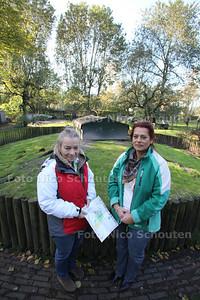Lydia van Geffen van de Wijktuin en Viviëne Antonisse van het Buitenbeest op de plek waar de gemeent de wijktuin wil. Hiervoor moet alle bomen weg - ZOETERMEER 24 OKTOBER 2011 - FOTO NICO SCHOUTEN