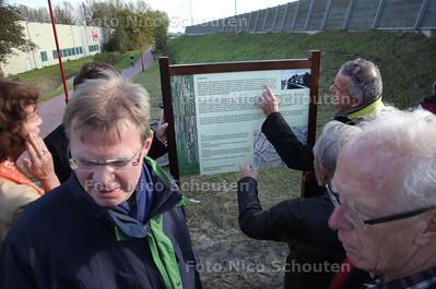 Cees Heeren (l) bij de onthulling van het infobord - ZOETERMEER 26 OKTOBER 2011 - FOTO NICO SCHOUTEN