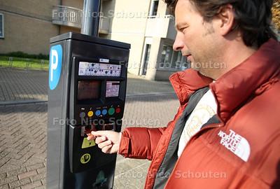 Nieuwe parkeerautomaten op de Markt - ZOETERMEER 24 OKTOBER 2011 - FOTO NICO SCHOUTEN