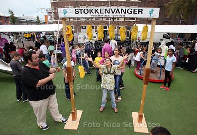 Schilderswijk Festival - Stokkenvangen op het Teniersplantsoen - DEN HAAG 10 SEPTEMBER 2011 - FOTO NICO SCHOUTEN