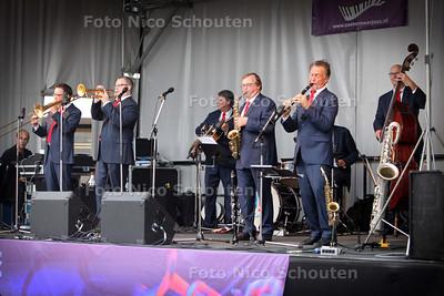 De Dutch Swing College Band die optreedt op het Stadhuisplein - ZOETERMEER 10 SEPTEMBER 2011 - FOTO NICO SCHOUTEN