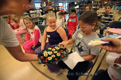 """Roald dahl pyjamaparty. Op dinsdag 13 september vieren ze in de Bibliotheek de geboortedag van de beroemde (kinderboeken) schrijver Roald Dahl - De kinderen worden getrakteerd op """"snoskommer"""" met mayonaise uit het boek: Grote vriendelijke reus (GVR) - MONSTER 13 SEPTEMBER 2011 - FOTO NICO SCHOUTEN"""