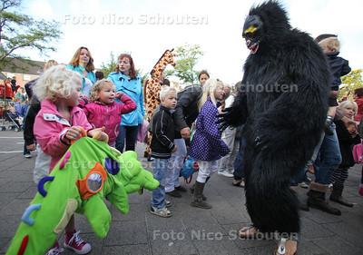 Opening themaweek 'jungle'op de Mariaschool. Opening van de feestweek op de school, waarbij ouders en leerkachten verkleed als dieren over het schoolplein gaan - WATERINGEN 14 SEPTEMBER 2011 - FOTO NICO SCHOUTEN
