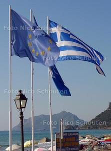 De vlaggen van Griekenland en de Europese Unie wapperen naast elkaar op het griekse eiland Korfoe - AGIOS GORDIS / GRIEKENLAND 30 SEPTEMBER 2011 - FOTO NICO SCHOUTEN