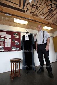De heer Bregman, in het molenhuis van molen De Haas. Hij organiseert de tentoonstelling Van Wieg tot Graf - BENTUIZEN 7 SEPTEMBER 2011 - FOTO NICO SCHOUTEN