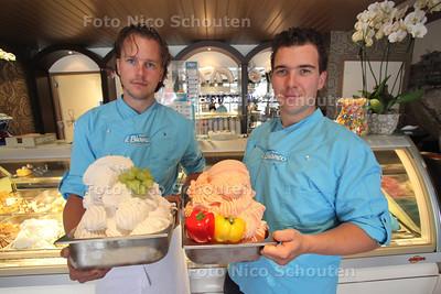 Bart (L) en Paul van der Helm met Westlands ijs (druif en paprika) - S'GRAVENZANDE 15 SEPTEMBER 2011 - FOTO N ICO SCHOUTEN