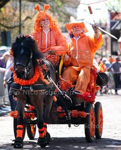 Koninginnedag - Ringsteken met ouderwetse rijtuigen op het Oosteinde - VOORBURG  30 APRIL 2012 - FOTO NICO SCHOUTEN