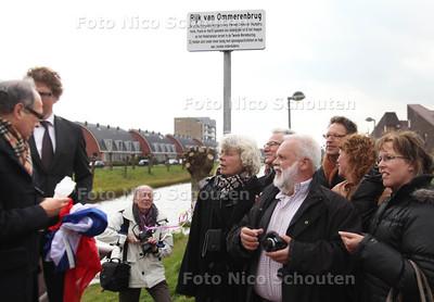 Onthulling straatnaamborden Leidschenveen. Straten en bruggen zijn vernoemd naar verzetshelden , nabestaanden van deze helden waren aanwezig bij de onthulling - DEN HAAG 18 APRIL 2012 - FOTO NICO SCHOUTEN