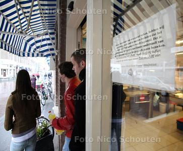 WINKELBEPERKING VOOR SCHOLIEREN BIJ DE AH  IN DE WEISSENBRUCHSTRAAT - DEN HAAG 20 APRIL 2012 - FOTO NICO SCHOUTEN