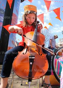 Koninginnedag - Vrijmarkt op de Frederik Hendriklaan - DEN HAAG 30 APRIL 2012 - FOTO NICO SCHOUTEN
