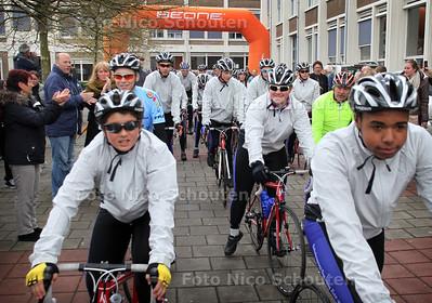 Op reis naar Barcelona, op de fiets Scholengroep Den Haag Zuid-West (SGDHZW) - Vorig jaar fietsten 15 leerlingen in twaalf dagen naar het Italiaanse bergdorpje Magreglio, waar in een klein kapelletje een prachtig wielermuseum is ondergebracht. Vijftien Haagse derdeklassers van Scholengroep Den Haag Zuid-West, gemiddeld 15 jaar oud. Deze zaterdag klom een nieuwe groep derdeklassers, in totaal 22 leerlingen van vmbo-ers tot gymnasiasten, opnieuw op de fiets. Dit jaar is de eindbestemming Barcelona, een tocht van zo'n 1550 kilometer - DEN HAAG 21 APRIL 2012 - FOTO NICO SCHOUTEN