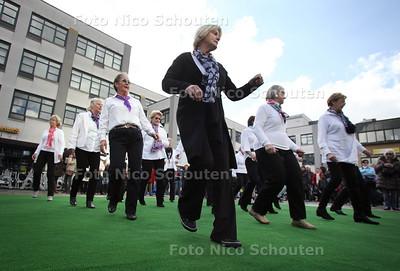 Zaterdag start de Nationale Sportweek. Op het Stadhuisplein zijn de hele dag allerlei activiteiten - Inline dansen - ZOETERMEER 21 APRIL 2012- FOTO NICO SCHOUTEN