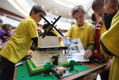 Lego-bouwwedstrijd voor kinderen in de Passage - ZOETERMEER 14 APRIL 2012 - FOTO NICO SCHOUTEN